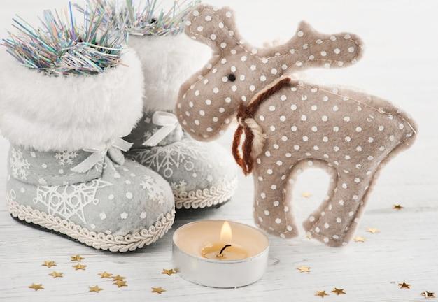 点灯ろうそくと金色の星のクリスマスの装飾