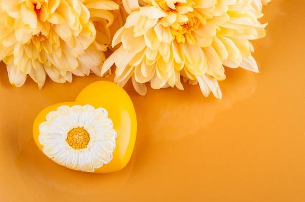 菊の花のプレートとハート