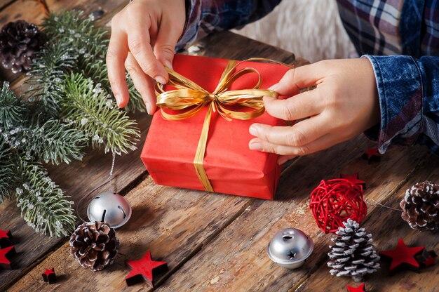 Связывающий бант для рождественского подарка