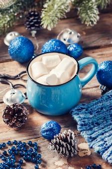 マシュマロとコーヒーの青いマグカップ