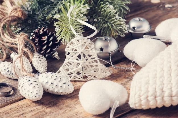 Крупный план игрушечного колокольчика и рождественского декора