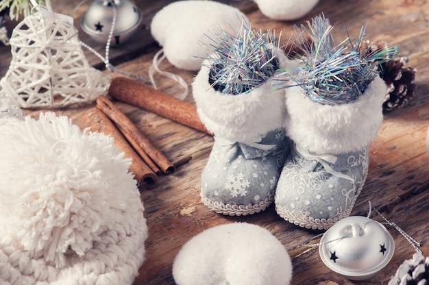 Крупным планом игрушечных сапог и рождественского декора