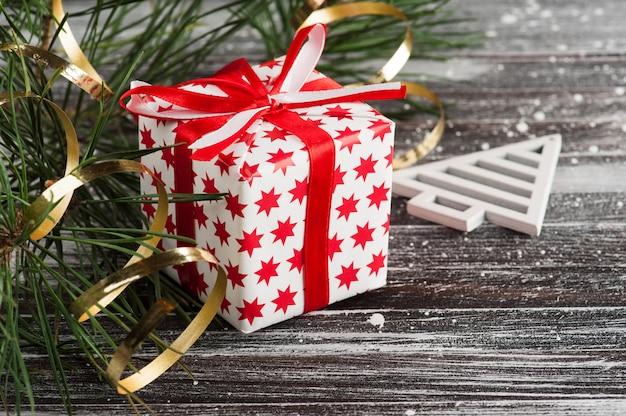 Рождественская елка и красная подарочная коробка