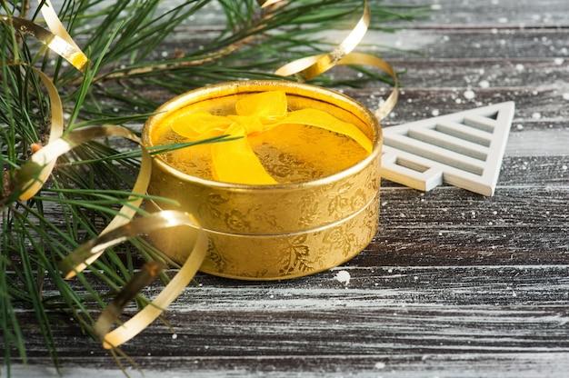 Рождественская елка и золотая подарочная коробка