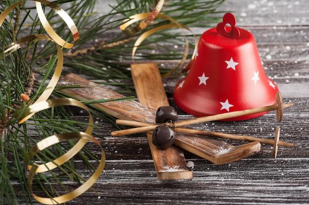 Рождественская елка и красный колокол
