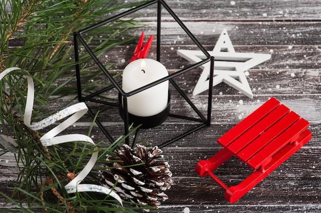 Рождественская елка и красные санки