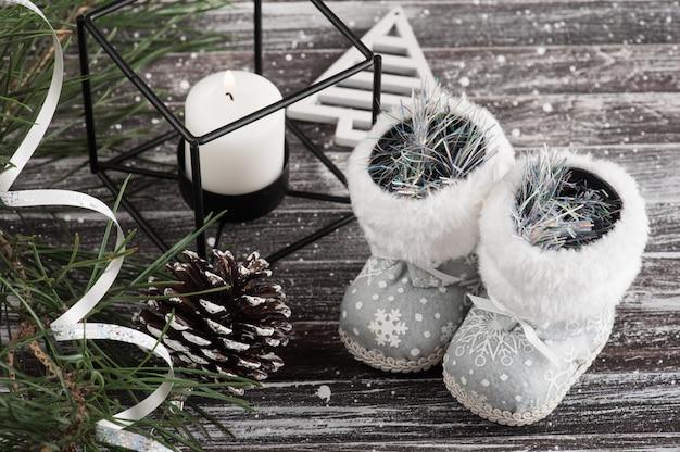 Рождественская елка и серебряная подарочная коробка
