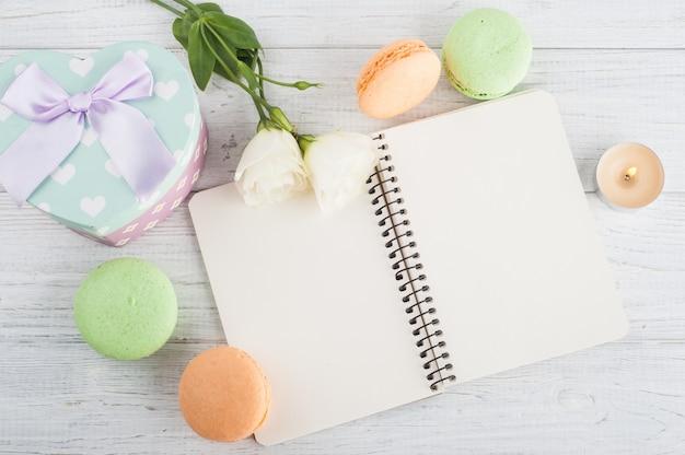 空白のノートブック、グリーンオレンジマカロン、ギフト