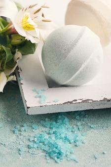Ванна бомбы на синем фоне бетона
