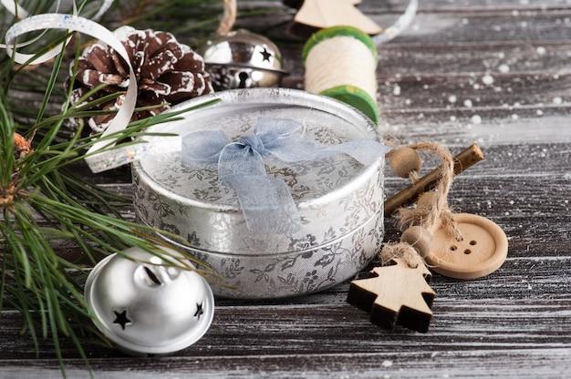 Рождественская елка и серебряный декор