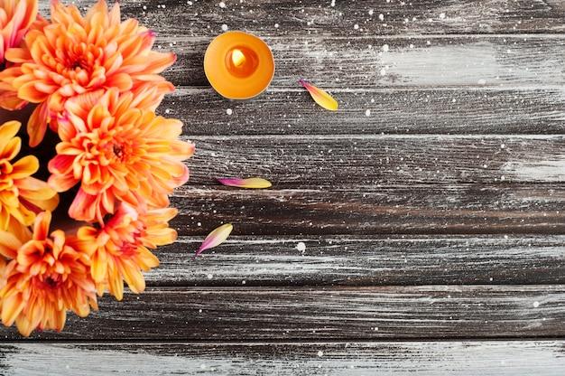 オレンジ色の菊とキャンドル