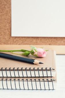 ノートブックとバラのある職場