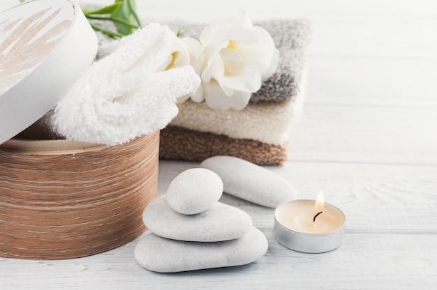 Набор аксессуаров для ванной на деревянной поверхности