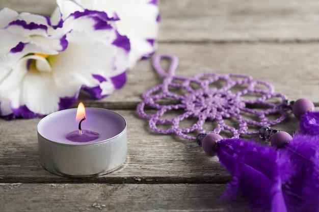 紫のトルコギキョウの花とドリームキャッチャー