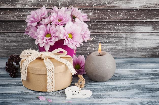 Розовая хризантема в бетонном горшке