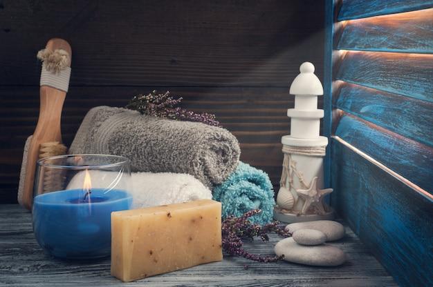 タオル、石鹸、ブラシ、火のともったろうそくスパ組成