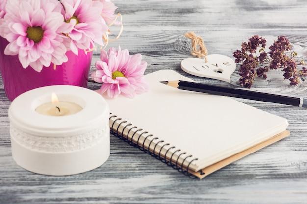ノートブックを開く、ピンクのデイジーの花