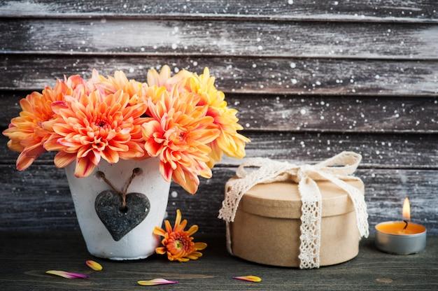 Оранжевая хризантема и зажженная свеча