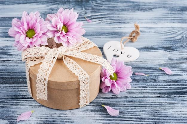 Розовая хризантема и подарочная коробка