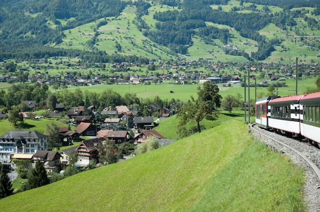 美しいスイスの村周辺の赤い電車