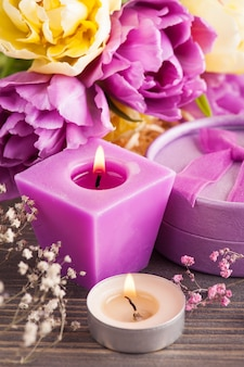 紫黄色のチューリップの花、キャンドル
