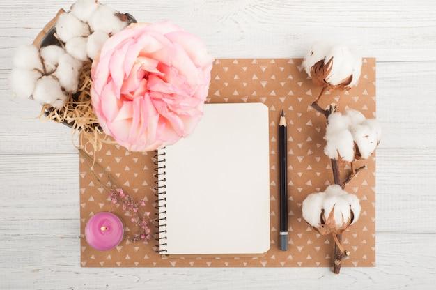 ノートブック、花、キャンドル