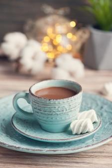 Чашка горячего шоколада и огней