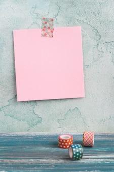 Записка на стене и васи ленты