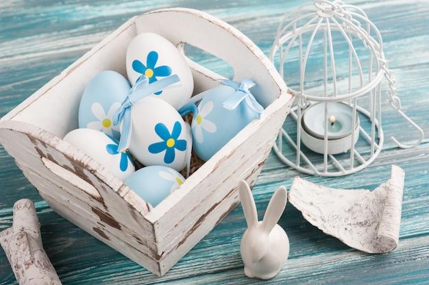 Белые синие пасхальные яйца, зайчик
