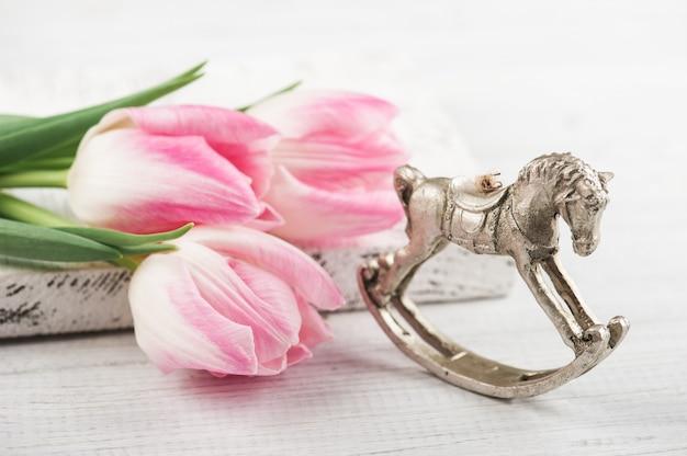 Тюльпаны и лошадка-качалка