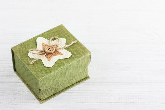 Зеленая подарочная коробка на белом