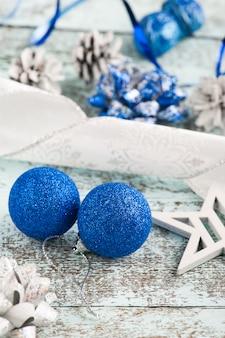 Две синие новогодние шары