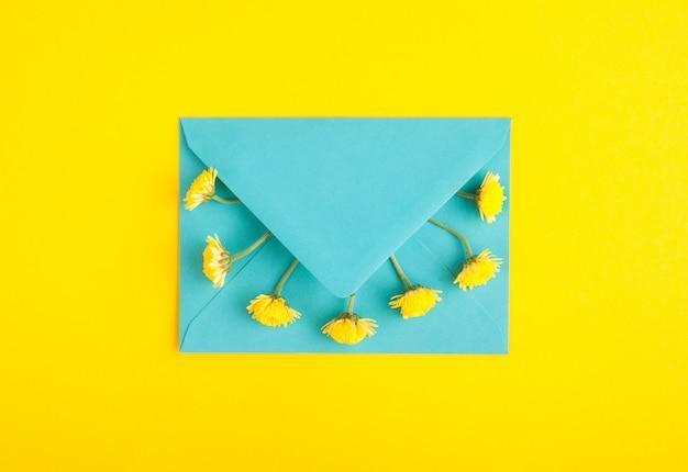 Голубой конверт и цветы хризантемы