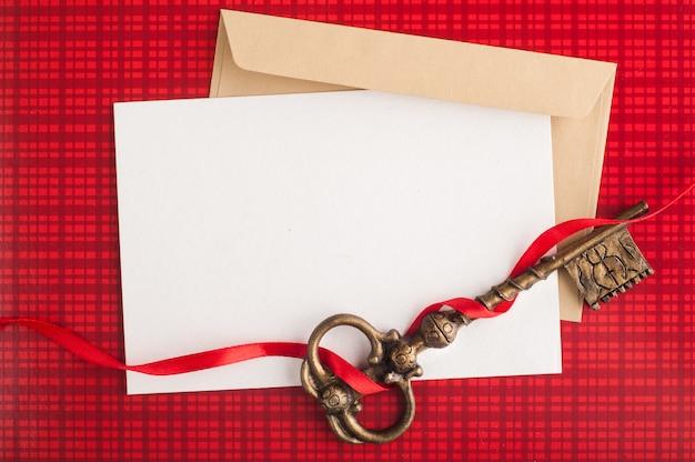 白紙のメモ、赤のクラフト封筒