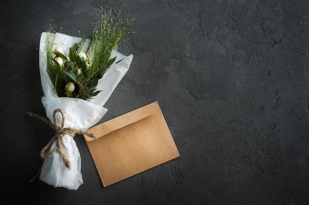 Деревенский конверт с полевым цветком