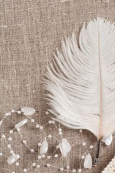 白い羽とリネンの背景
