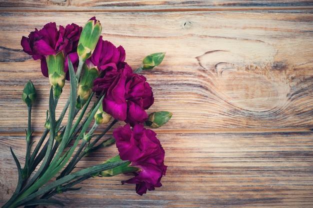 紫色のカーネーションの束