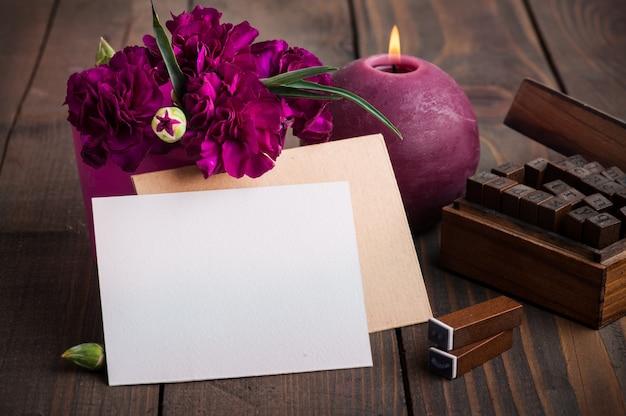 紫色のカーネーションとカードの束