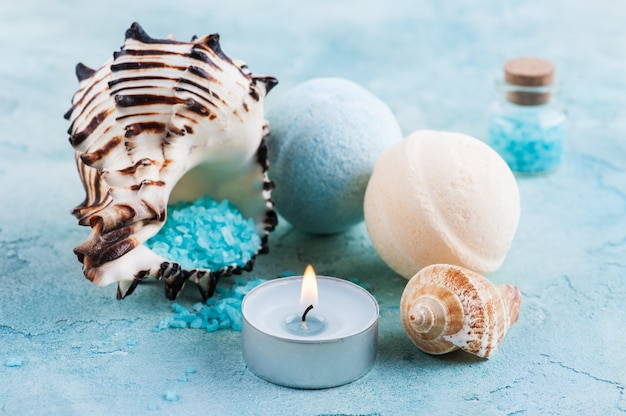 海の貝と塩が入ったスパ製品