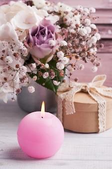 ブリキの鍋にキャンドル、ギフトボックス、アジサイの花を点灯