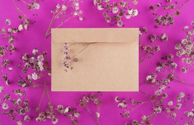ピンクのクラフト封筒