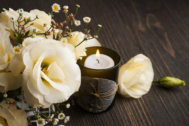 黄色のトルコギキョウの花とキャンドルを点灯