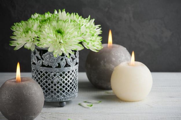 キャンドルと緑の菊