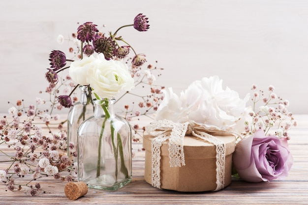 白いラナンキュラスとアジサイの花