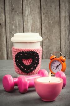 ダンベル、マグカップ、目覚まし時計
