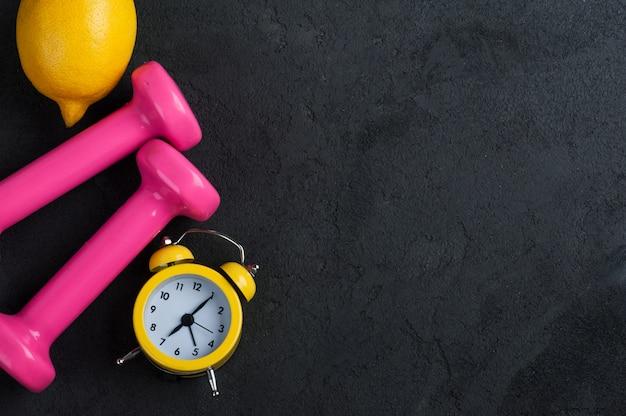 黄色のアラム時計とフラットレイアウト