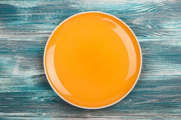 Пустая тарелка на деревянный стол