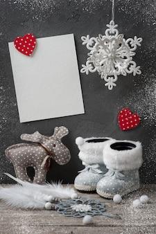 Пустая открытка и рождественские украшения