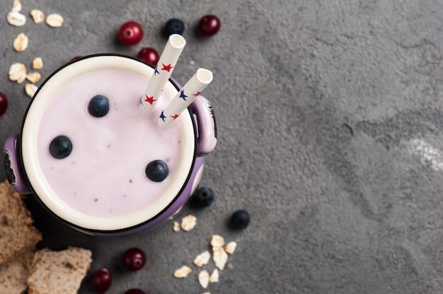 Йогурт с мюсли и ягодами