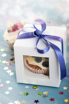 紙箱にブルーベリーおいしいカップケーキ